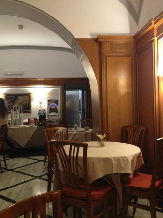 Hotel Arcangelo: part of the breakfast room