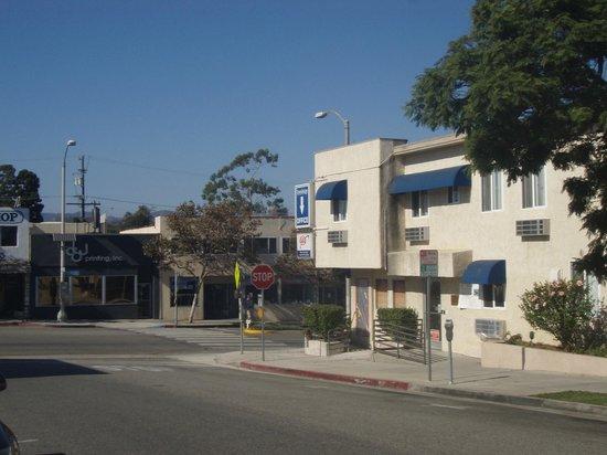 Travelodge Santa Monica : Querstrasse mit Sidewalk, dort Breakfast im Freien