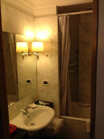 Hotel Arcangelo: part of the bathroom