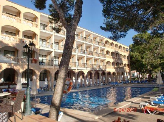 Diamant Hotel: Seitenansicht des Hotels von der Anlage aus