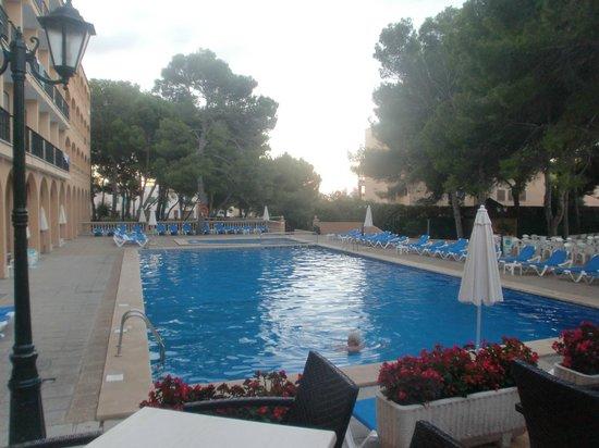 Diamant Hotel: Blick auf den Pool von der Bar aus