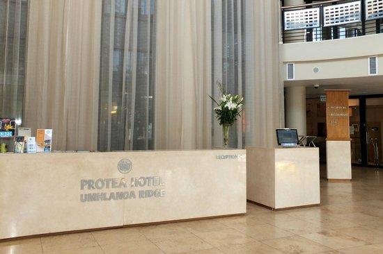 Protea Hotel By Marriott Durban Umhlanga Ridge : Réception  très épurée