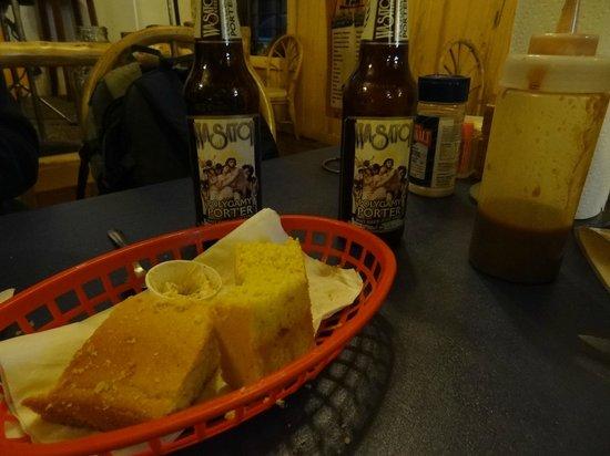 Cowboy's Smoke House: Corn Bread..delicia