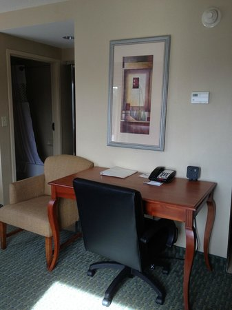 Hampton Inn & Suites New Haven - South - West Haven: Desk/work area