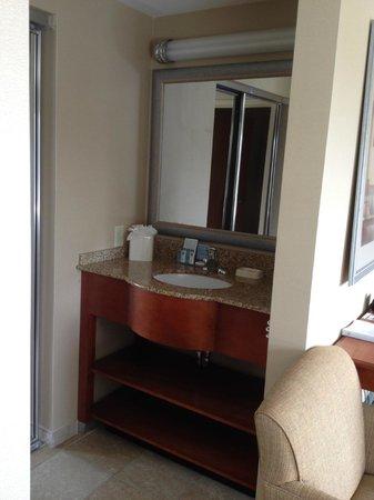 Hampton Inn & Suites New Haven - South - West Haven: Separate bathroom sink area