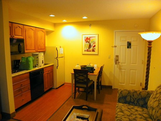 Homewood Suites by Hilton St. Petersburg Clearwater : The full kitchen in our suite.