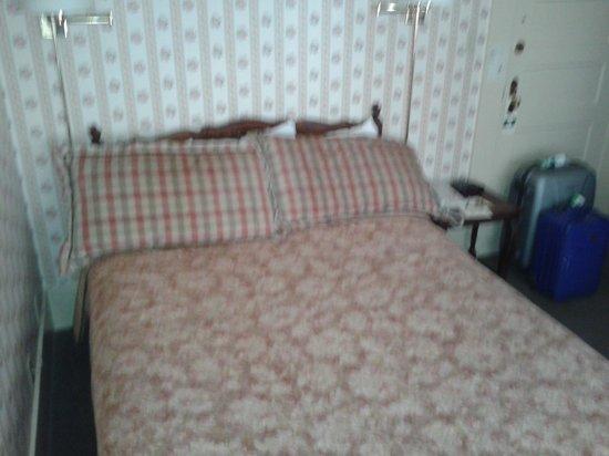 Petite Auberge : Camera 3, da notare lo spazio al lato del letto