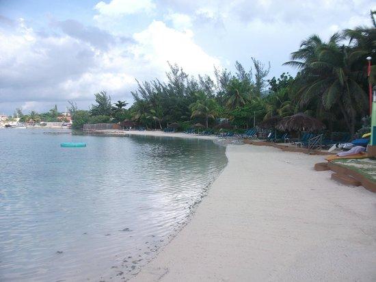 Coyaba Beach Resort: small beach.. clean and queit