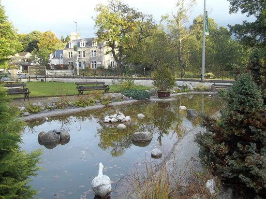 The Craiglynne Hotel: Pond at front