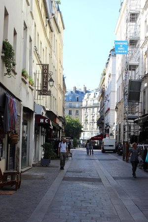 Hotel du Cygne: Street outside the hotel
