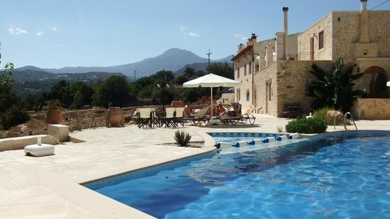 Zouridi Villa Park : Joli espace piscine, avec transats, parasol,  bar et barbecue