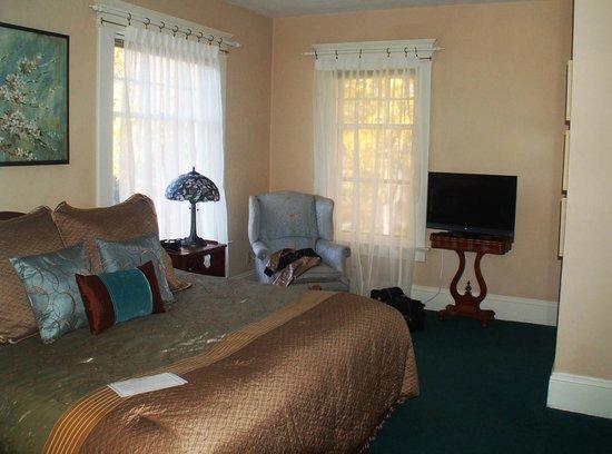 Green Gables Inn: Corner room with lots of light