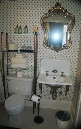 Green Gables Inn: Small bathroom, but adequate