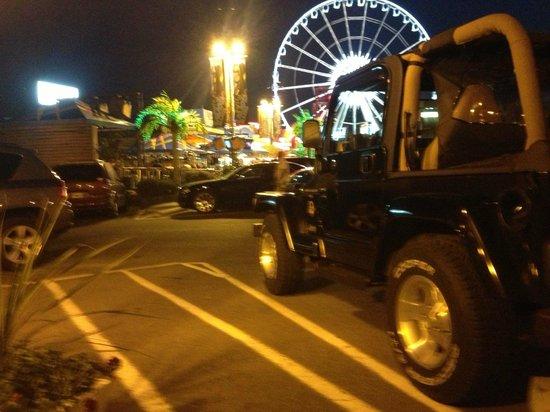 Thriftlodge Niagara Falls at the Falls: Parking lot w/karaoke bar