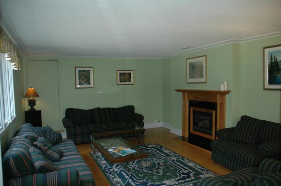 The Bourget Inn & Spa Resort: Cozy Living Room with Fireplace at Classy Country Bourget Inn & Spa