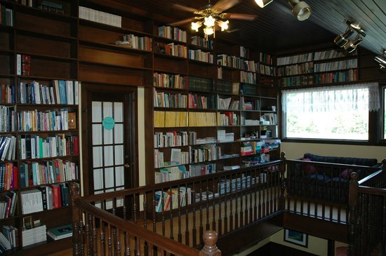The Bourget Inn & Spa Resort: Elaborate library at Classy Country Bourget Inn & Spa
