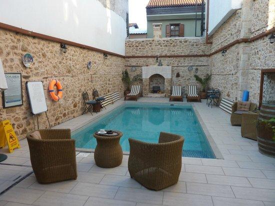 Atelya Art Hotel: Pool im Innenhof