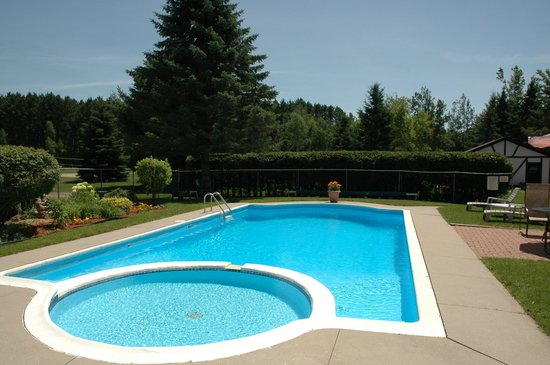 The Bourget Inn & Spa Resort : Beautiful Olympic sized pool  Classy Country Bourget Inn & Spa