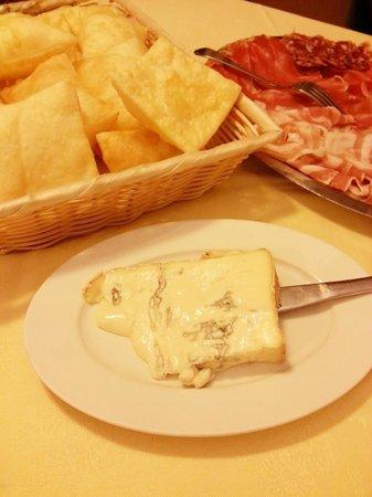 Castelvetro Piacentino, Ιταλία: Torta fritta con salumi e gorgonzola