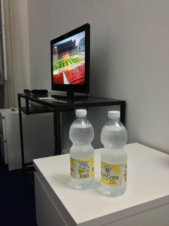 Olympia Hotel Genova: Room 5 - TV and Complimentary cold water (particularly during hot weather)