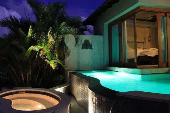 Sandals Regency La Toc Golf Resort and Spa: Plunge pool at night