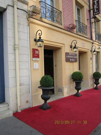 Hôtel la Résidence du Berry : Entrée sur la rue