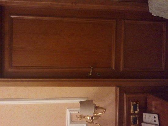 Comfort Hotel Bolivar: Door to Restroom