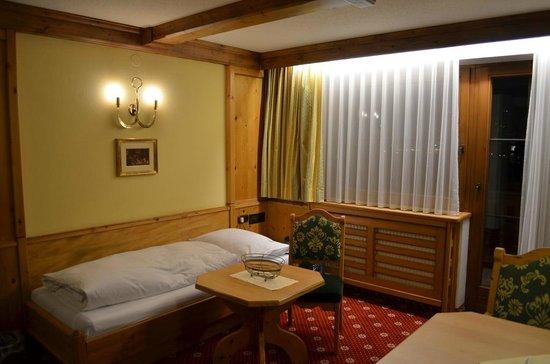Apparthotel König: Гостиная и спальное место в ней