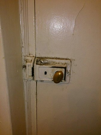Caswell Hotel: Filthy door lock