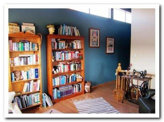 Fernglen Bed & Breakfast: Library