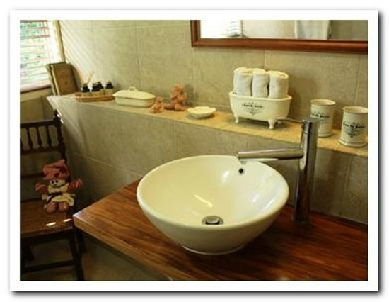 Fernglen Bed & Breakfast: Guest Bathroom