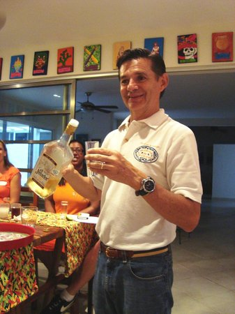 Can Cook in Cancun : Lorenzo discussing Tequila