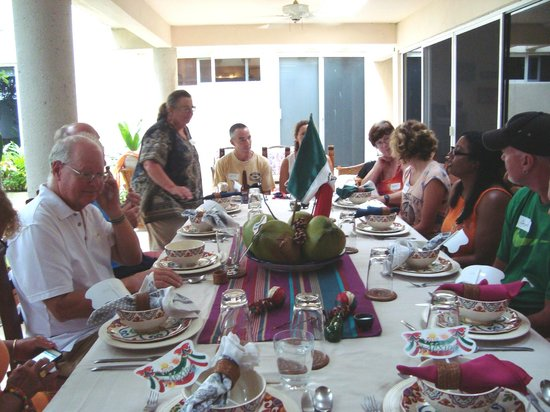 Can Cook in Cancun : All of us sitting down to enjoy the feast