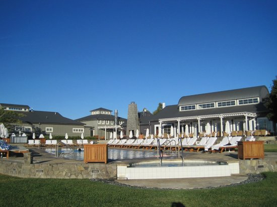 The Carneros Inn: Hilltop pool and dining