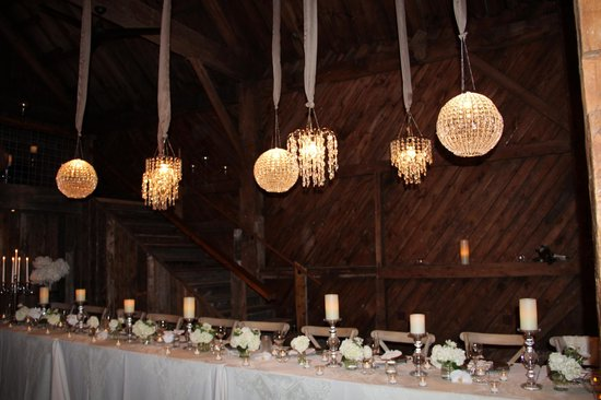 Bishop Farm Bed and Breakfast: Head Table in the Barn