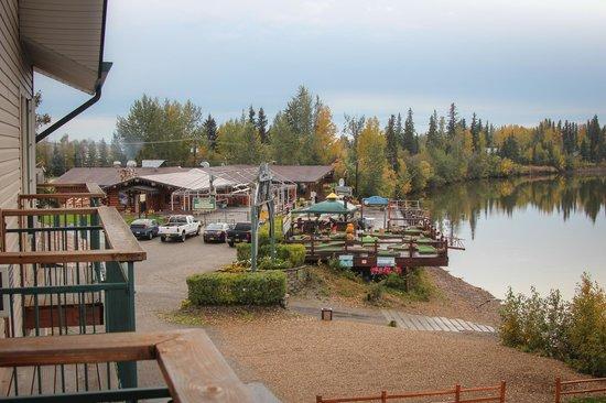 Pike's Waterfront Lodge: next door  Pike's Landing Restaurant & Bar