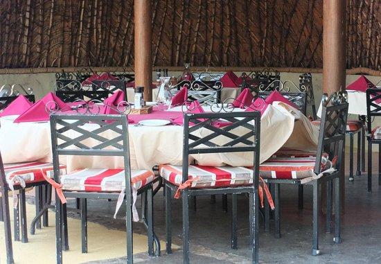 Zulu Nyala Heritage Safari Lodge : Tables du Boma