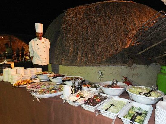 Zulu Nyala Heritage Safari Lodge : Buffet au Boma