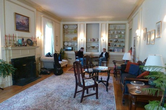 Antique Mansion B&B: Drawing Room