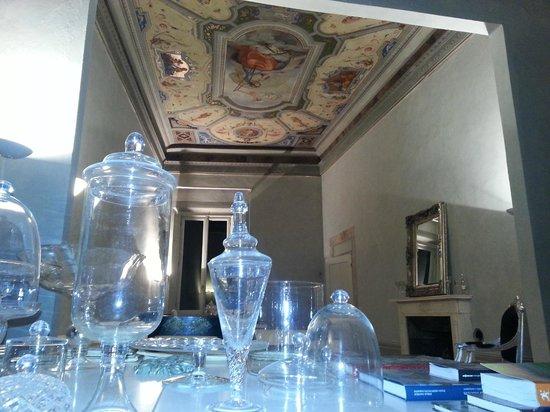 Palazzo Tolomei Residenza d'Epoca: Sala de lectura con libros de historia del arte italiano
