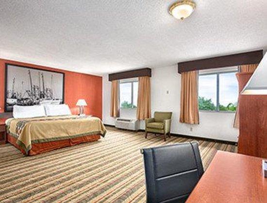 Super 8 West Haven: Suite
