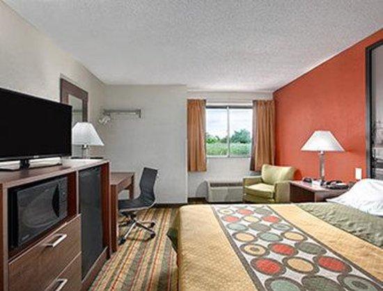 Super 8 West Haven: Standard King Bed Room