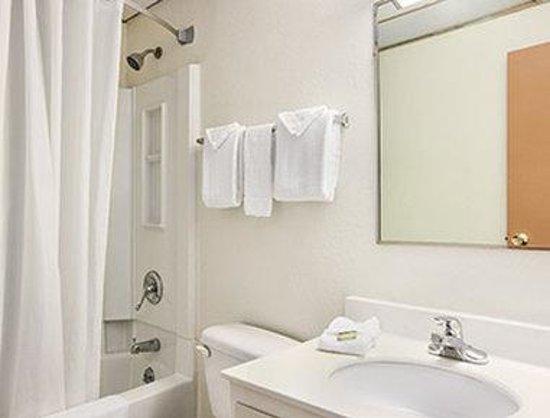 Super 8 West Haven: Bathroom