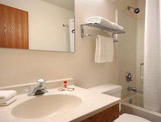 Super 8 Radford VA: Bathroom