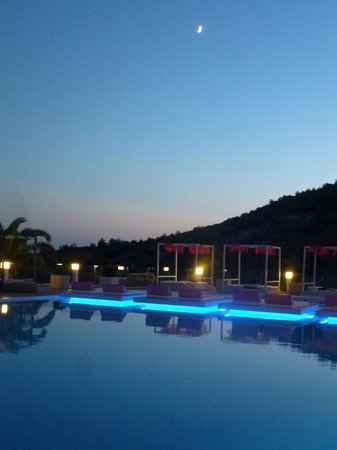 Proteas Blu Resort: sunset over the swimming pool
