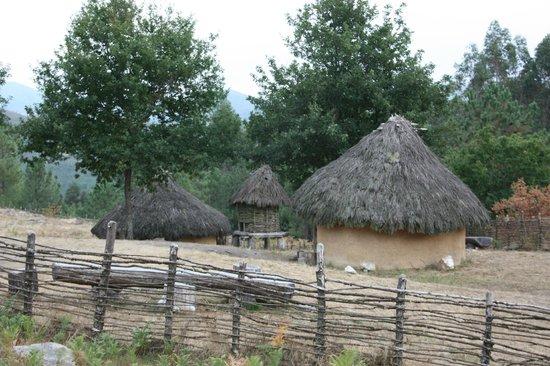 Centro de Interpretacion del Arte Rupestre : Cabañas y ''Cabazo'' en la reconstrucción del ''Poboado da Idade do Bronce''