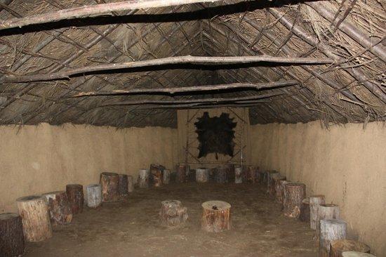 Centro de Interpretacion del Arte Rupestre : Interior de la reconstrucción de la cabaña comunal del ''Poboado da Idade do Bronce'