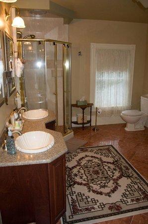 The Tulip Tree Bed & Breakfast: Beautiful Spa bathroom