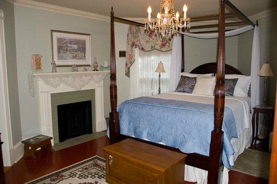 The Tulip Tree Bed & Breakfast: Comfy Bedroom