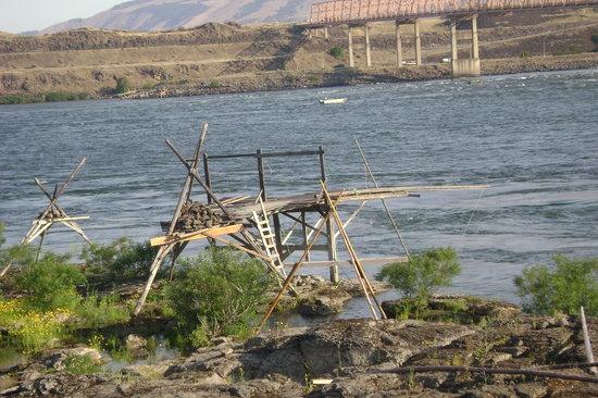 The Dalles: Indian fishing platforms